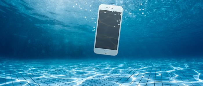 telefoni ju bie në ujë